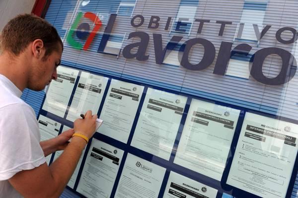 Lavoro: Istat, calano giovani 'a casa', -252 mila Neet